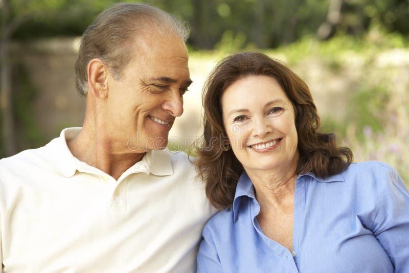 trädgårds- avslappnande pensionär för par tillsammans fotografering för bildbyråer