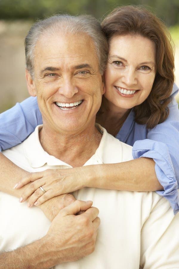 trädgårds- avslappnande pensionär för par tillsammans royaltyfri foto