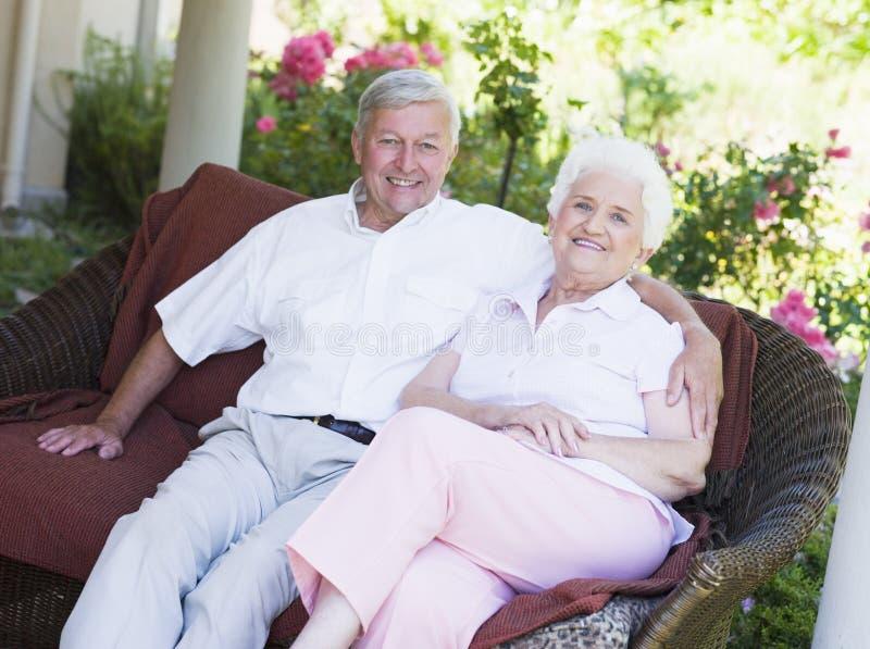 trädgårds- avslappnande platspensionär för par royaltyfria bilder