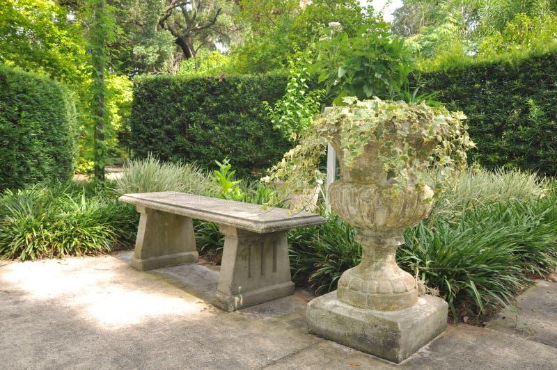 Trädgårds- bänk arkivfoton