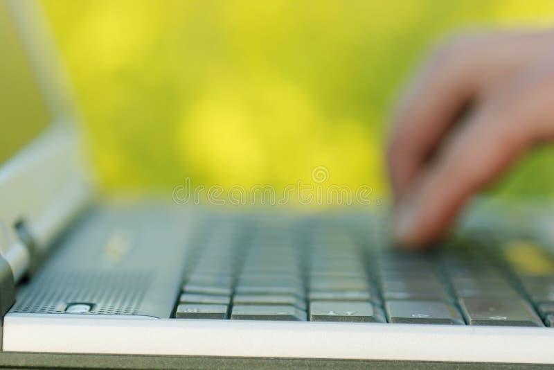 trädgårds- bärbar dator royaltyfri foto