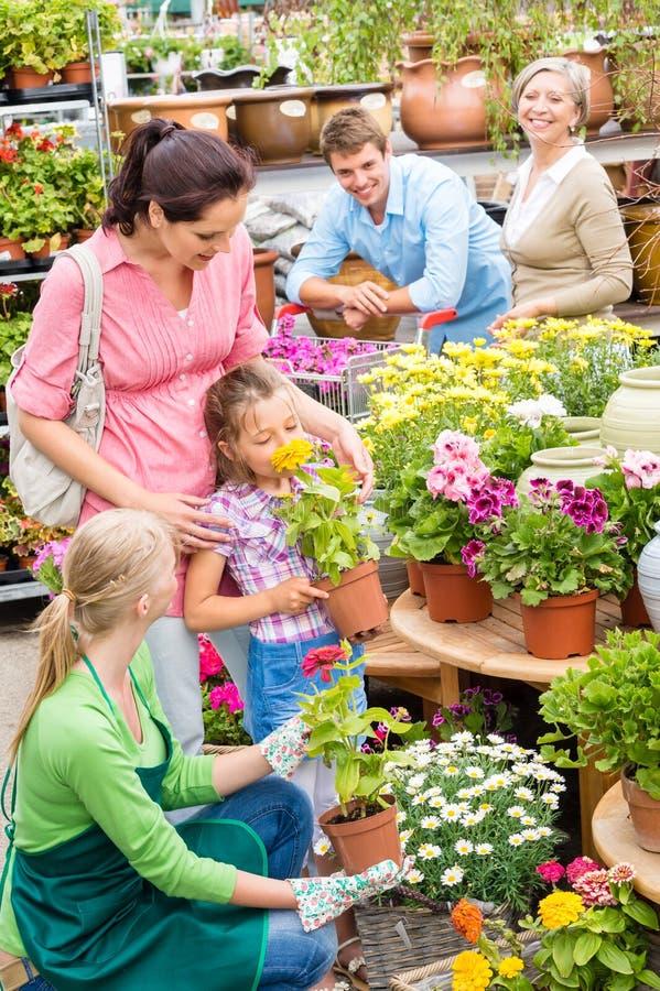 Trädgårds- center shopping för familj för blommor arkivfoto