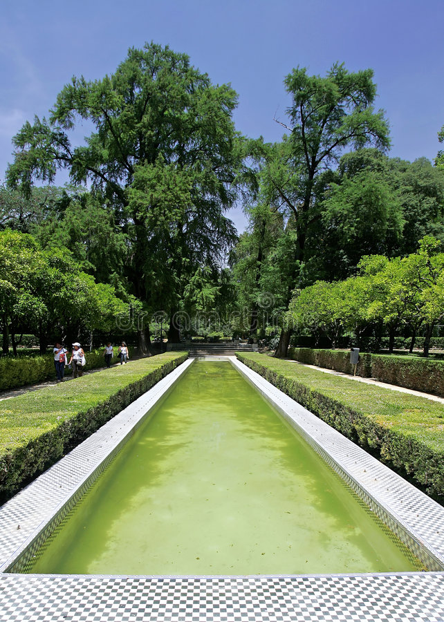 trädgårds- damm seville för springbrunn royaltyfri fotografi