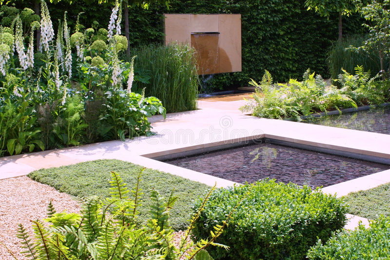 trädgårds- dammvatten fotografering för bildbyråer