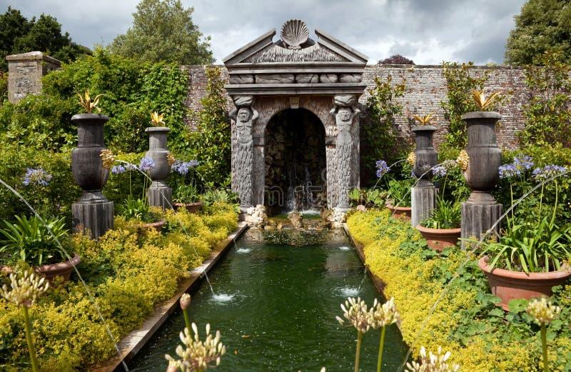 trädgårds- dekorativt damm för blomma royaltyfri foto
