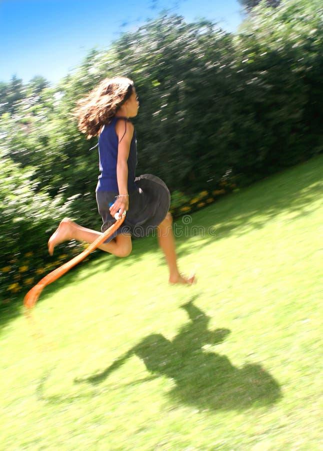 trädgårds- flickaöverhopp arkivfoto