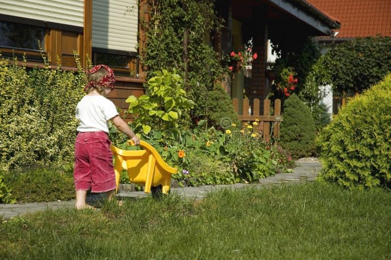trädgårds- flicka för gyckel som har little fotografering för bildbyråer