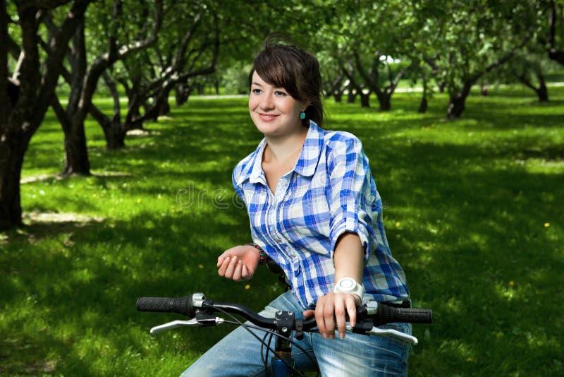trädgårds- flickabarn för cykel royaltyfri bild