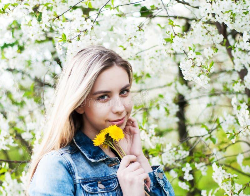 trädgårds- flickafjäder fotografering för bildbyråer