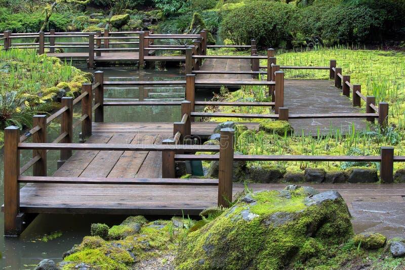 Trädgårds- fotbro för japan arkivbilder