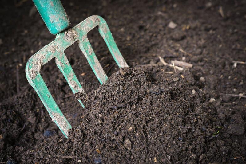 Trädgårds- gaffel som vänder composted jord royaltyfria foton