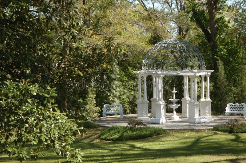 trädgårds- gazebopark royaltyfri bild