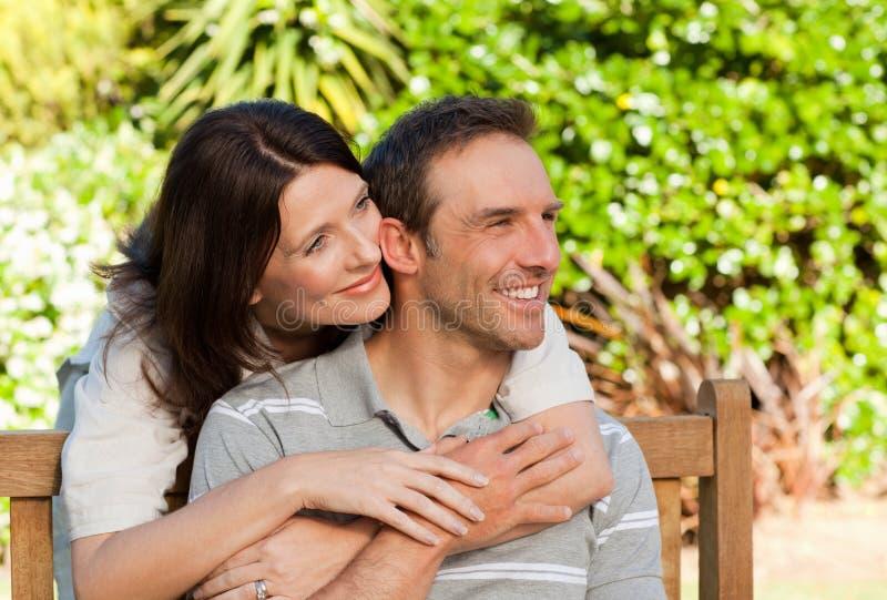 trädgårds- glatt krama för par royaltyfria foton