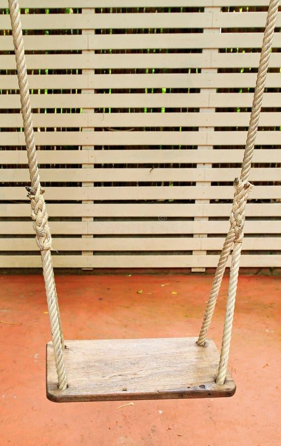 trädgårds- hängande swing arkivbilder