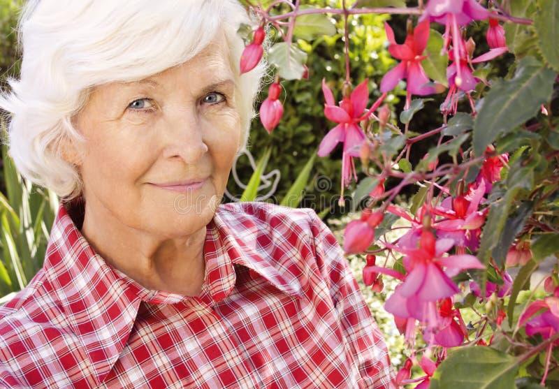 trädgårds- hög kvinna royaltyfria foton