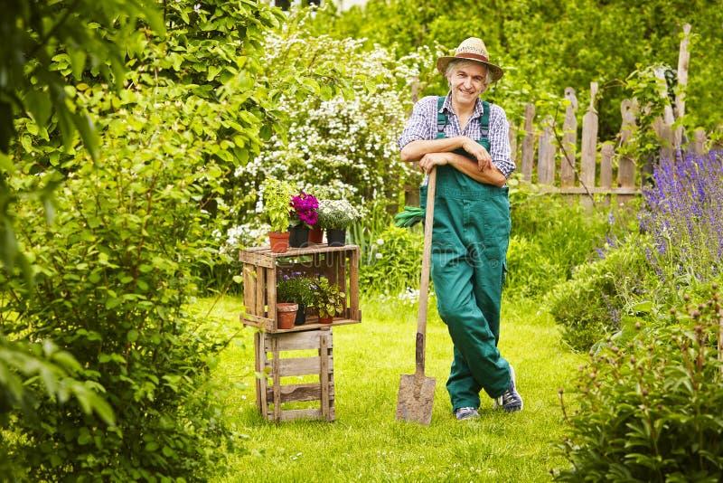 Trädgårds- hatt för trädgårdsmästarespadesugrör royaltyfri foto