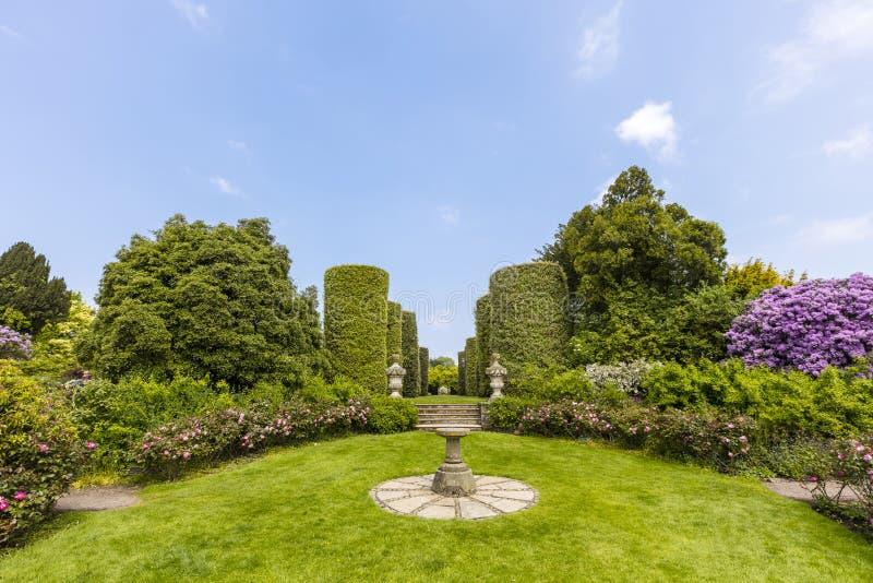 trädgårds- home stately för engelska royaltyfri bild
