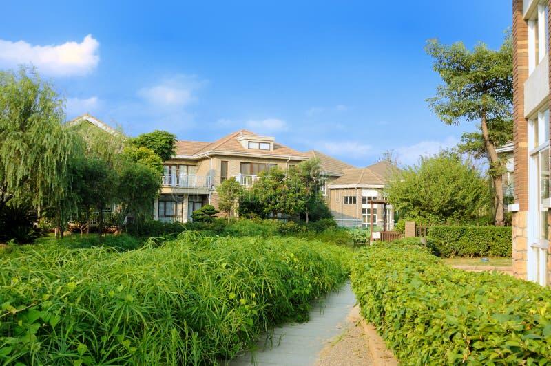 trädgårds- hus för vandringsled till grönskande arkivfoto