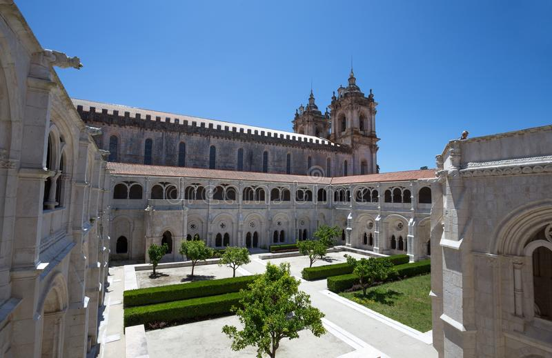Trädgårds- inre borggård av kloster av St Mary av Alcobaca, i centrala Portugal UNESCOvärldsarv efter 1989 fotografering för bildbyråer
