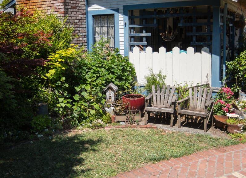 Trädgårds- inställning för bakgård arkivbild