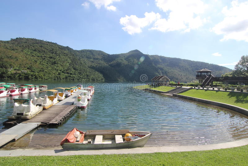 trädgårds- lake royaltyfri bild