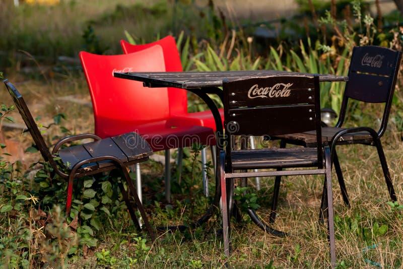 Trädgårds- möblemang med logoen Coca-Cola. arkivfoto
