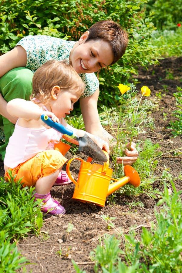 trädgårds- moder för dotter arkivbilder
