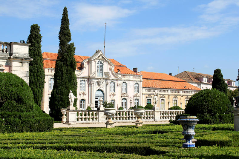 trädgårds- nationell slottportugal queluz arkivbild