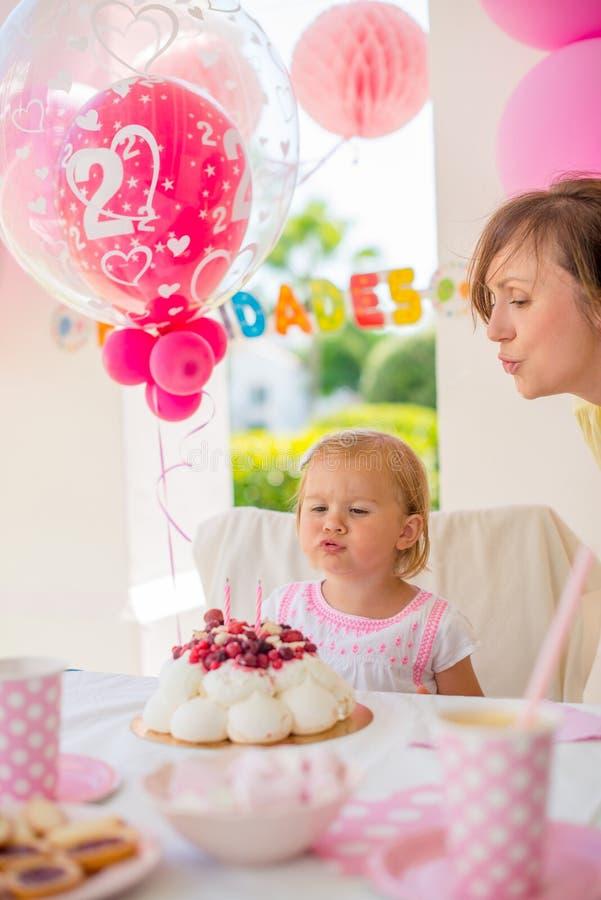 Trädgårds- parti s-födelsedag för för dottern ' arkivfoto