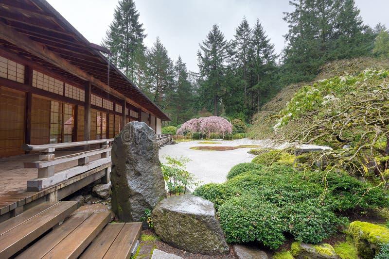 Trädgårds- paviljong för japan i vår fotografering för bildbyråer
