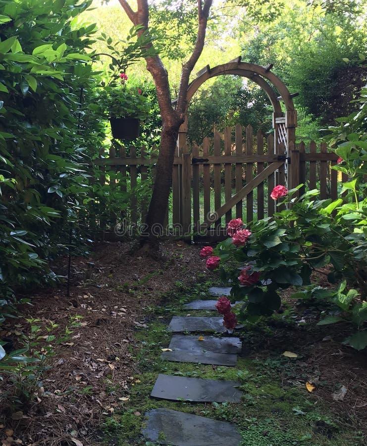 trädgårds- port royaltyfri foto