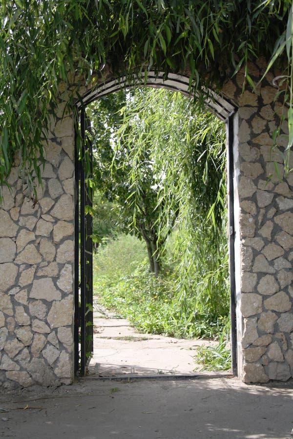 trädgårds- port som är öppen till royaltyfria foton
