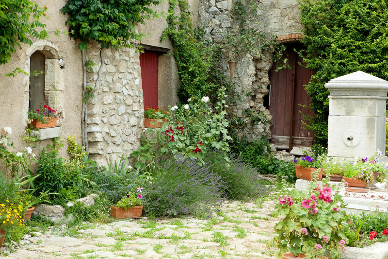 trädgårds- provence arkivfoton
