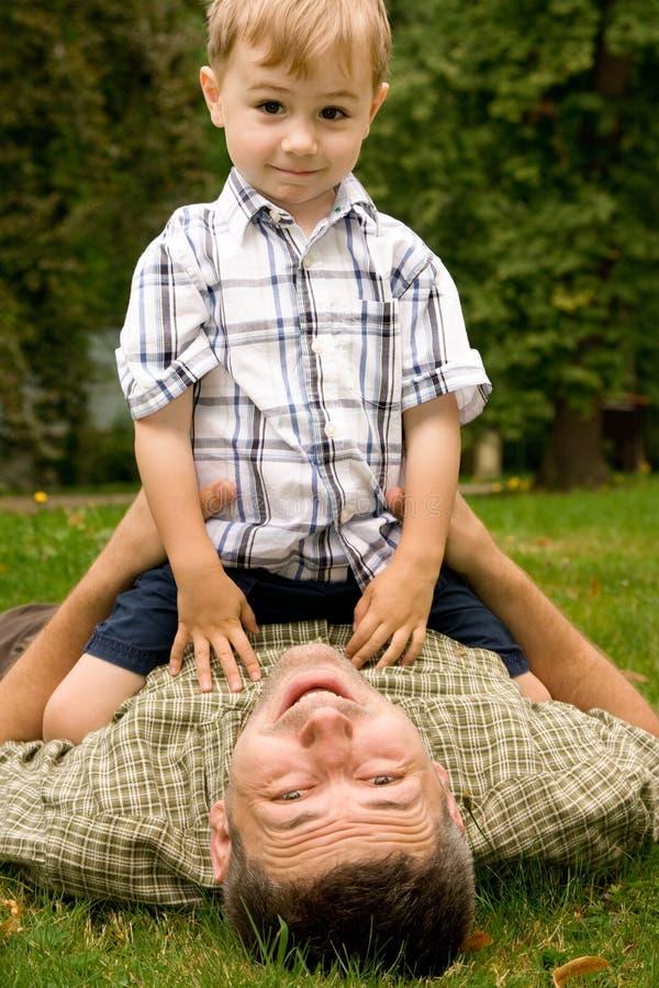 trädgårds- son för fader royaltyfri fotografi
