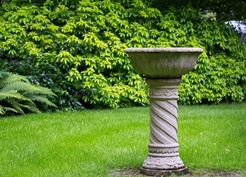 Trädgårds- springbrunn för fågelbetongsten arkivbild
