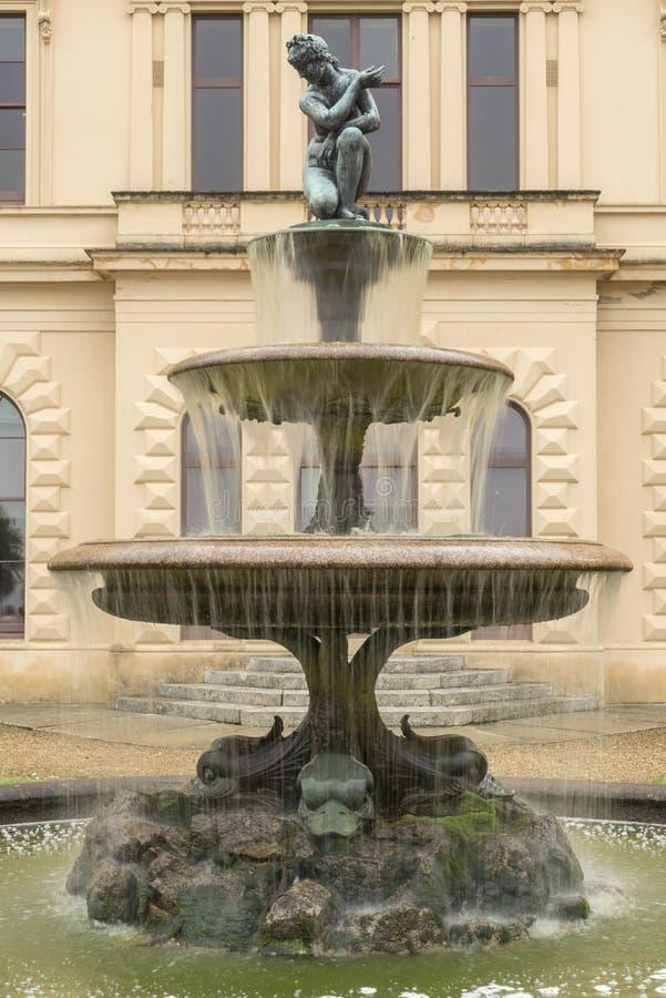 Trädgårds- springbrunnOsborne hus royaltyfria bilder