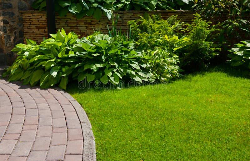 Trädgårds- stenbana arkivfoto
