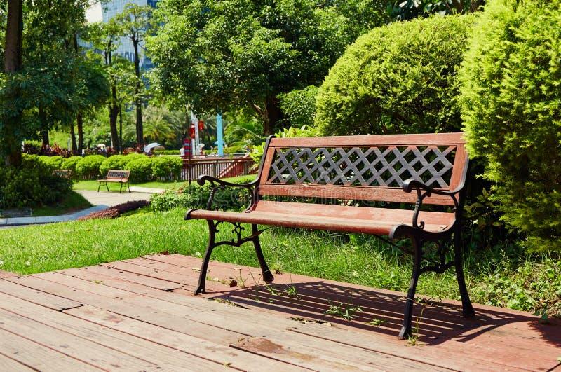 Trädgårds- stol på utomhus- trädäckuteplats arkivbild