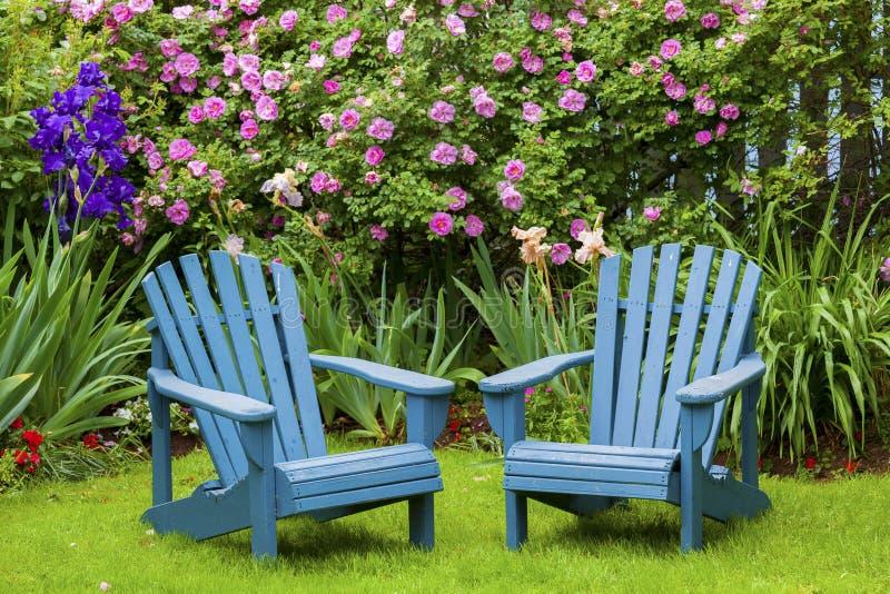 Trädgårds- stolar royaltyfri bild
