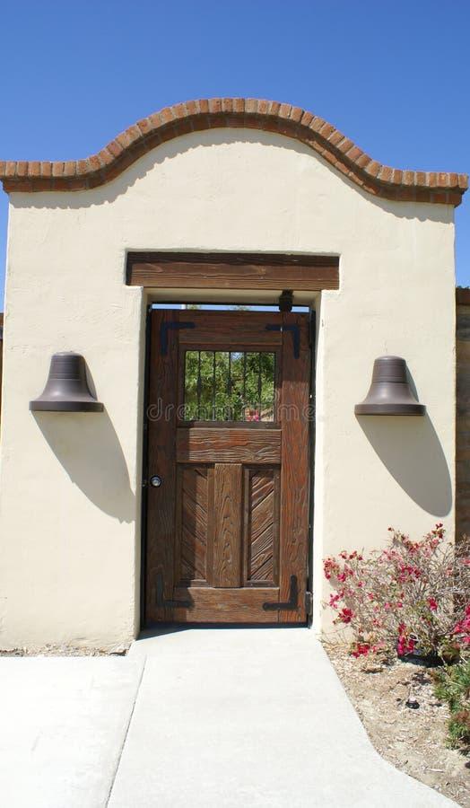 trädgårds- vägg för dörr royaltyfria bilder