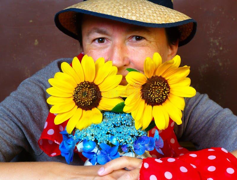 Trädgårdsmästare med blommor arkivfoton