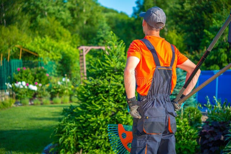 trädgårdsmästare som är klar att fungera royaltyfria bilder