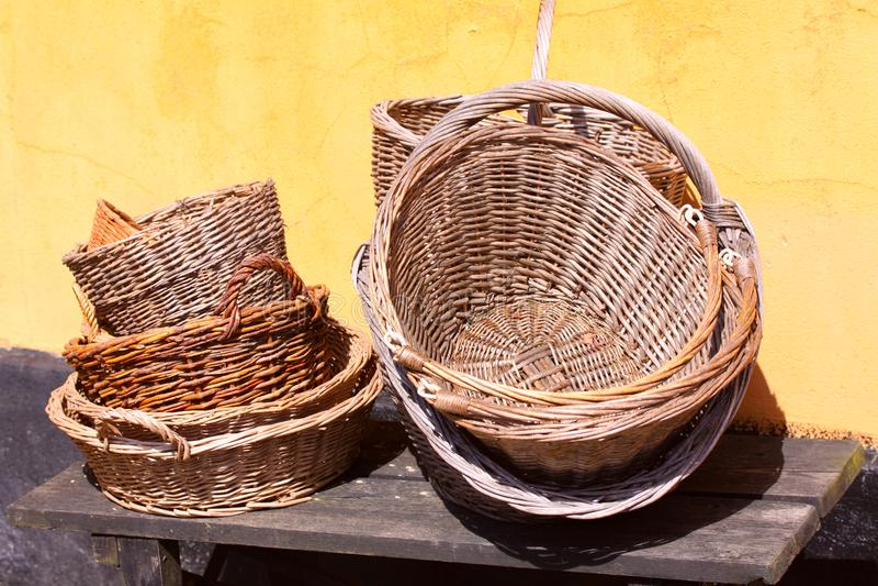 Trädgårdsmästaretappningkorgar på ett romantiskt gammalt lantligt lantgårdhus - retro stilleben royaltyfria foton
