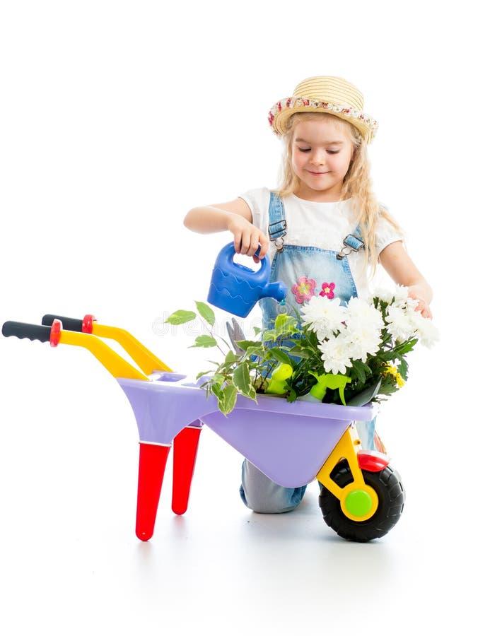 Trädgårdsmästareunge som bevattnar blommor royaltyfri foto