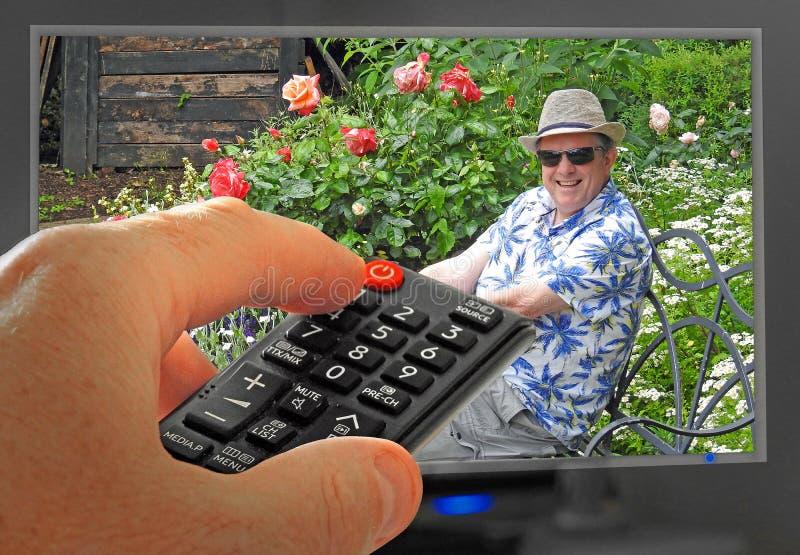 Trädgårdsmästarevärld som arbeta i trädgården fjärrkontrollen för kontroll för hand för television för trädgårdprogramtv arkivbilder