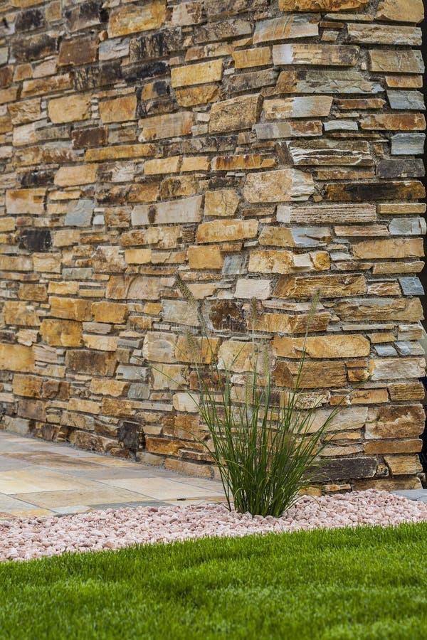 Trädgårdsnäring och terrassera med naturliga byggnadsmaterial liksom tegelsten och stenen royaltyfri bild