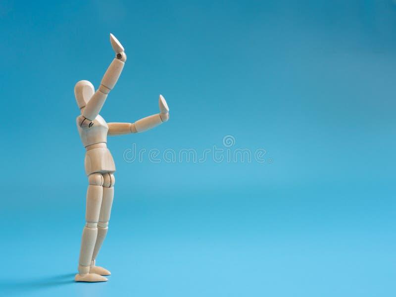 Trädockaelevatorhänder på luften för låter något i luften Ben av att stå trädockor arkivfoto