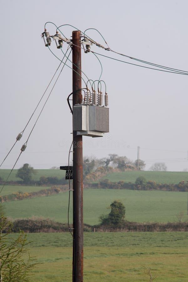 Tr?elektricitetspol med tr?dar, isolatorer och transformatorn royaltyfria bilder