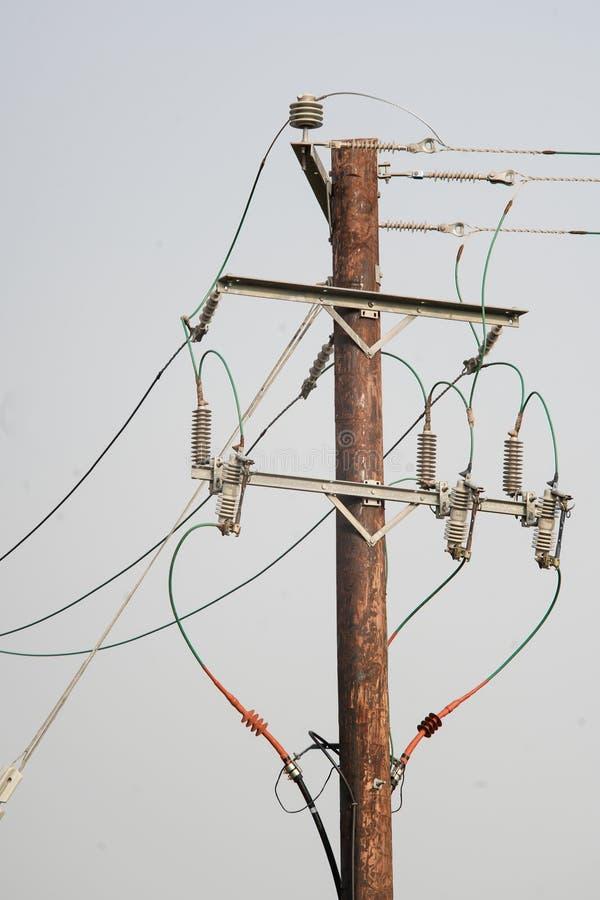 Träelektricitetspol med trådar och isolatorer arkivbilder