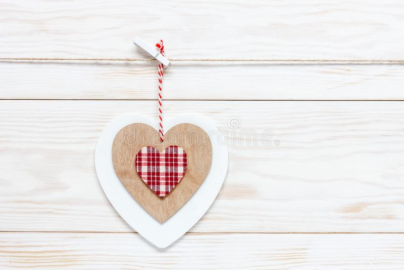 Träfärgrik hjärta på rep Begrepp för valentin dag, bröllop, koppling och andra romantiska händelser Bästa sikt, närbild, arkivfoto